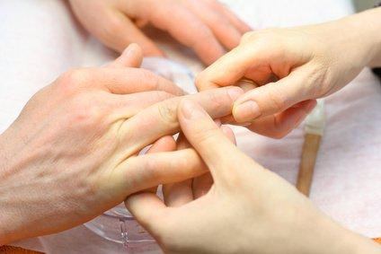 Fotolia 42055084 XS - Maniküre - Handpflege Männer